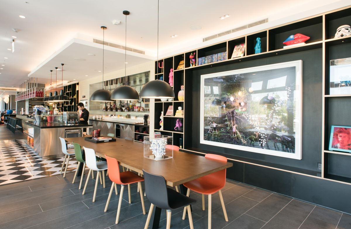 酒店中擁有開放式的客餐廳,旅客可像在自己家一般自由使用。(攝影:沈仲達)