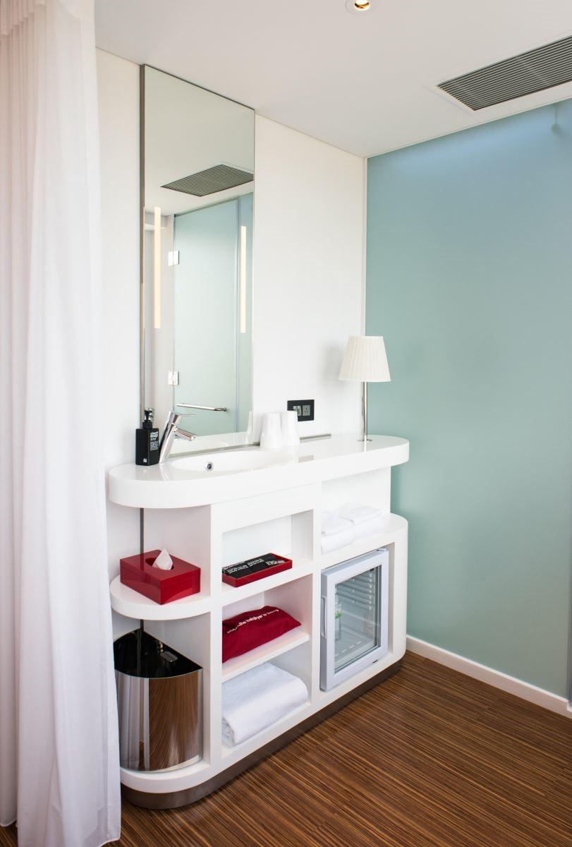 整合多元機能的盥洗檯面,不僅節省下空間,更讓使用機能完善。(攝影:沈仲達)
