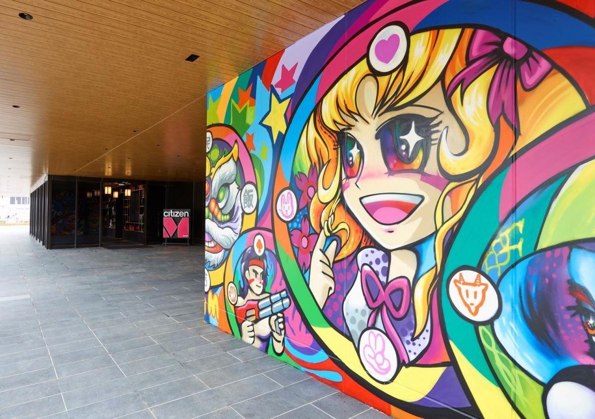 門口迎賓處由街頭藝術家 ANO 的塗鴉創作。(圖片提供:citizenM)