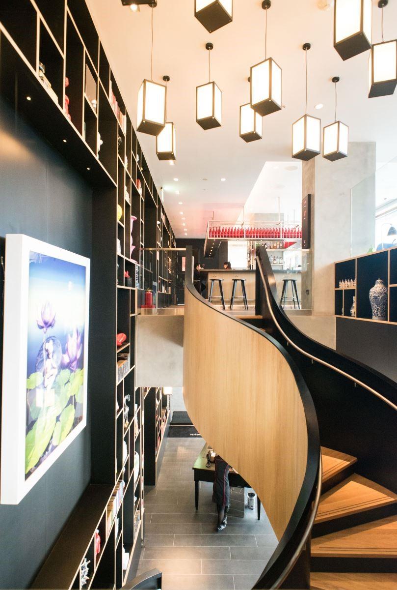 江欣宜設計師推薦的藝術作品【蓮花生】,掛在旋轉樓梯左側,讓人在行走樓梯間,可以欣賞到畫作中蓮花從含苞到開放的精采改變。(攝影:沈仲達)