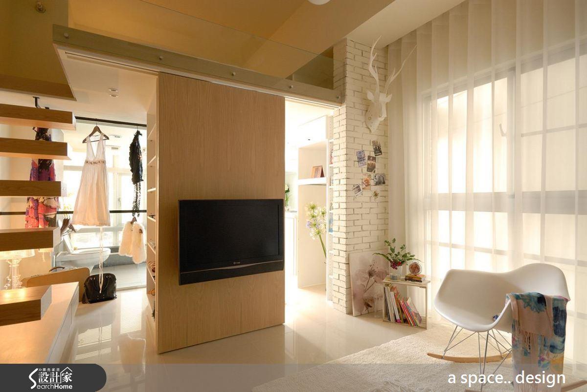 7 坪夾層卻能容納廚房、客、餐廳、書房與更衣間、泡澡等多元機能!看完整夾層動線 >> 點此看圖庫