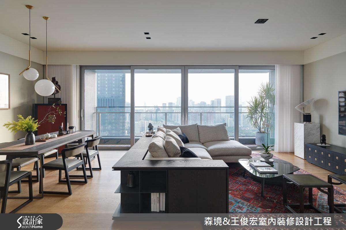 具有安宅、防火的中式老件擺設,與西式民俗豔紅老地毯,為客廳混搭出獨特韻味。