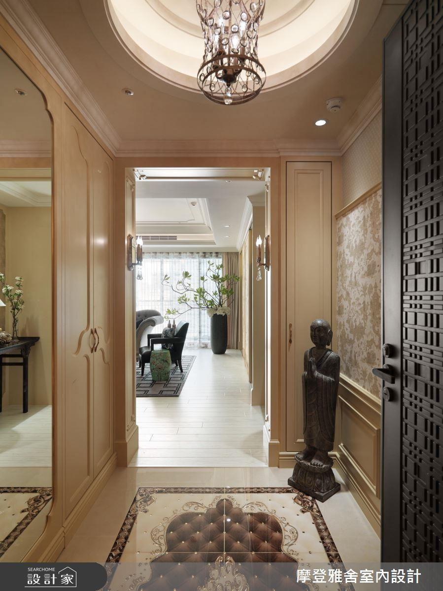 玄關置入有如清明上河圖般的圖樣壁紙,帶入屋主喜愛的東方色彩。