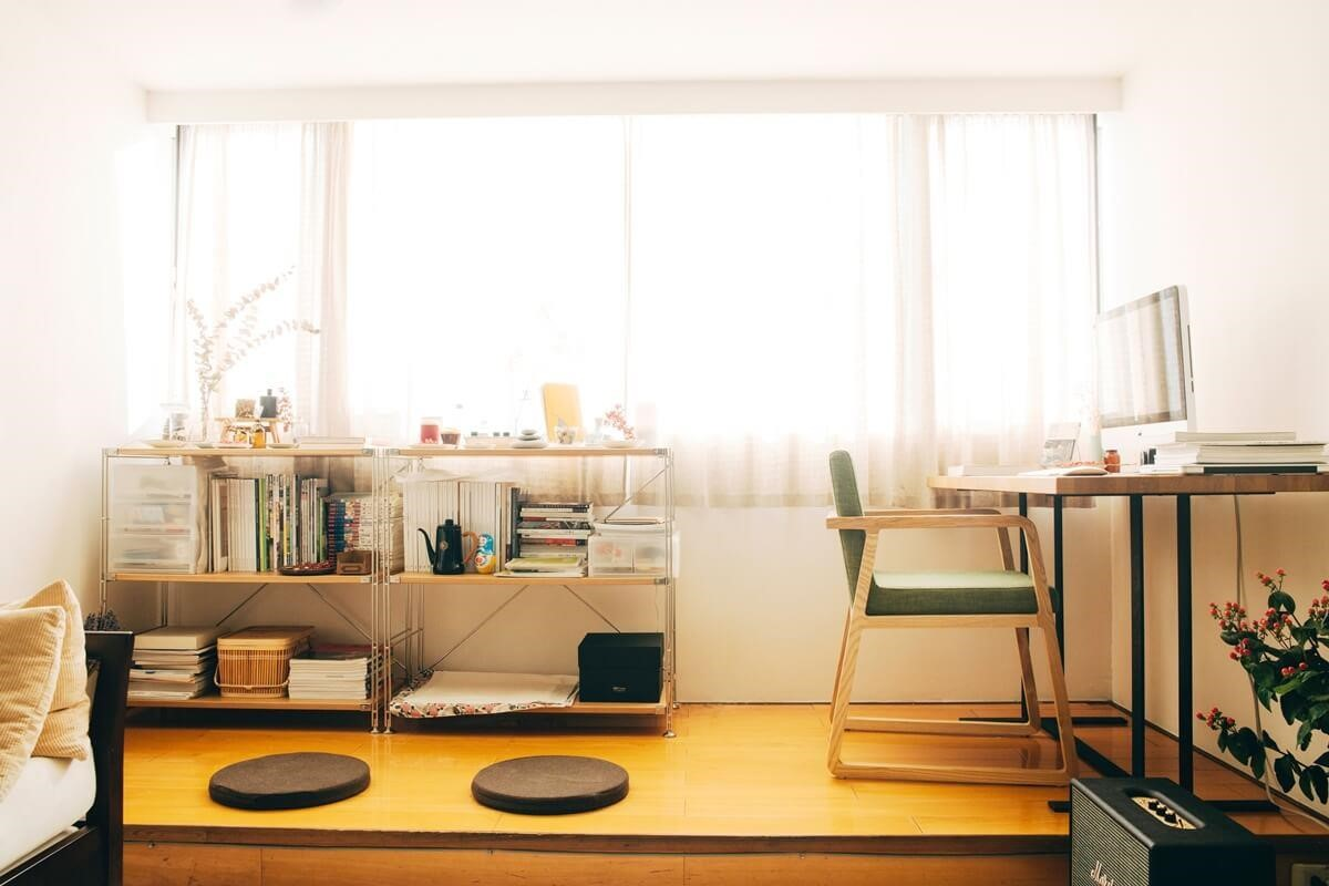 靠窗旁架高地板,集結臥榻與書房功能。攝影_方品鈞