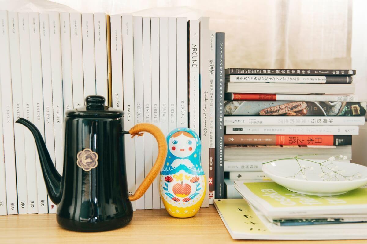 低調典雅的茶壺與可愛的俄羅斯娃娃,隨性擺設於架上。攝影_方品鈞