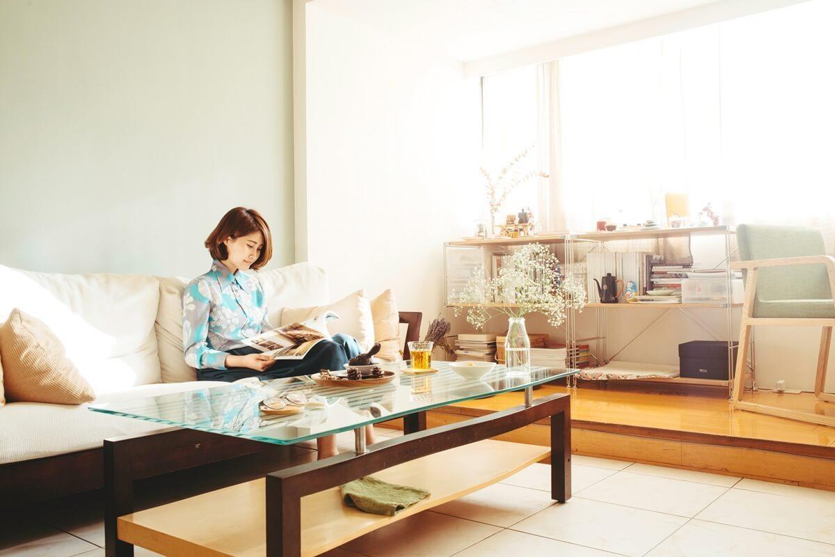室內日照充裕,在客廳不需開燈即能閱讀一整個下午。攝影_方品鈞
