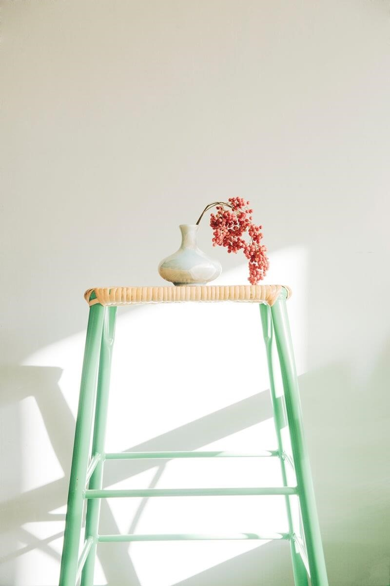 無論平價餐椅或收藏裝飾,也看得見一股純淨寫意。攝影_方品鈞