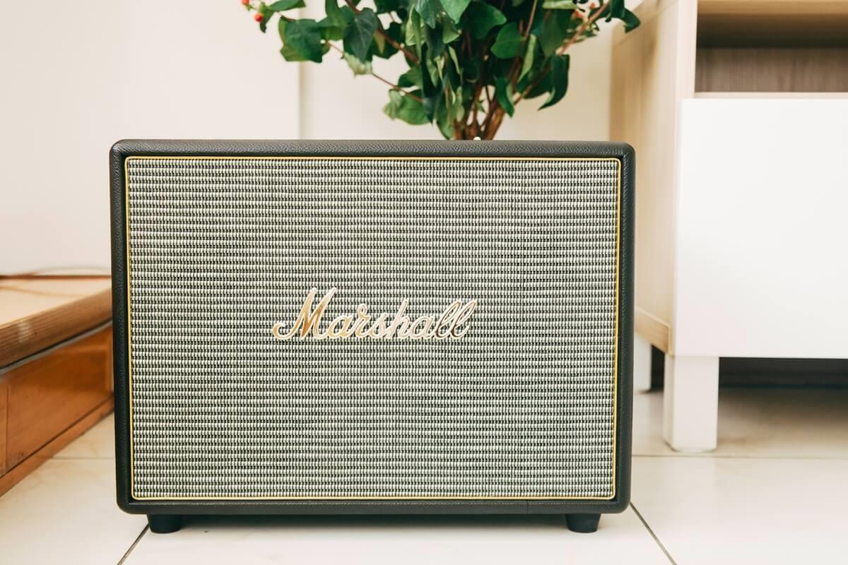 Jean用著搖滾重低音Marshall手提音響,播送午后的輕快慢歌。攝影_方品鈞