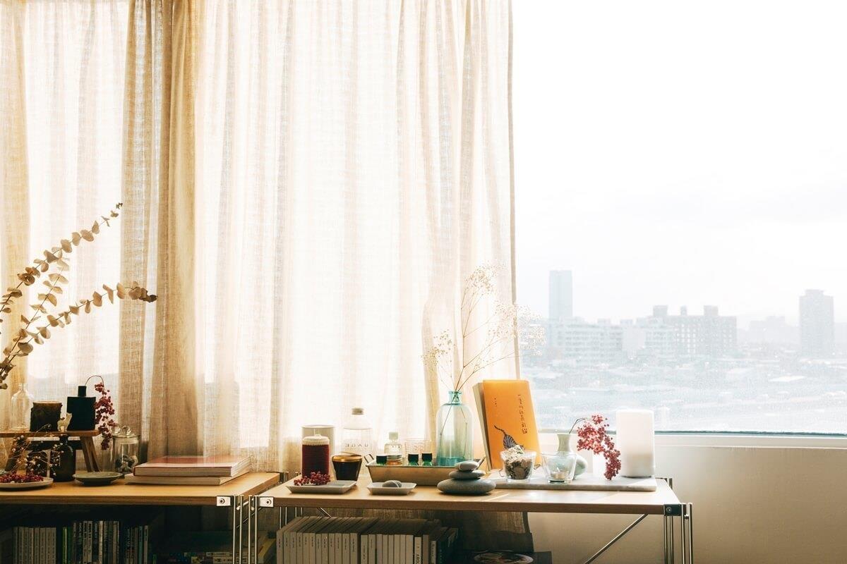 書房旁緊鄰窗戶,不時能眺望都市街景。攝影_方品鈞