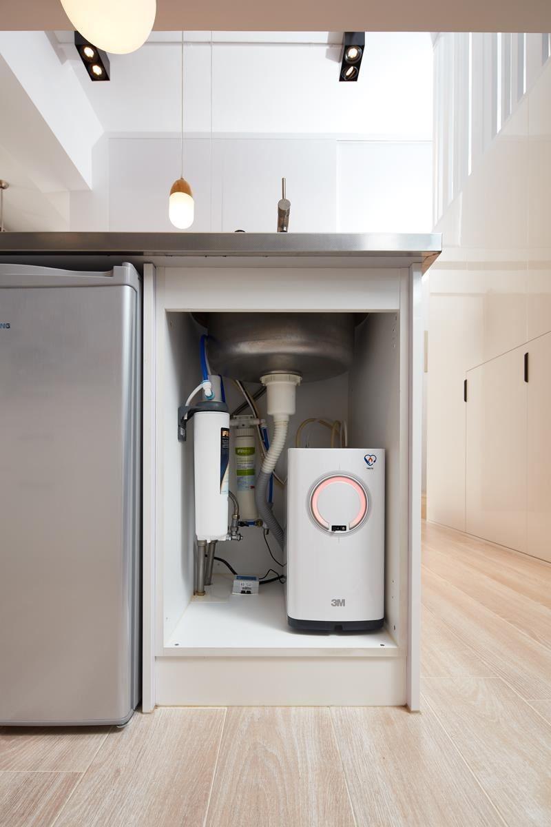 3M HEAT2000 觸控式熱飲機主機安裝在中島櫃,左側結合淨水器裝設,打造健康生活。