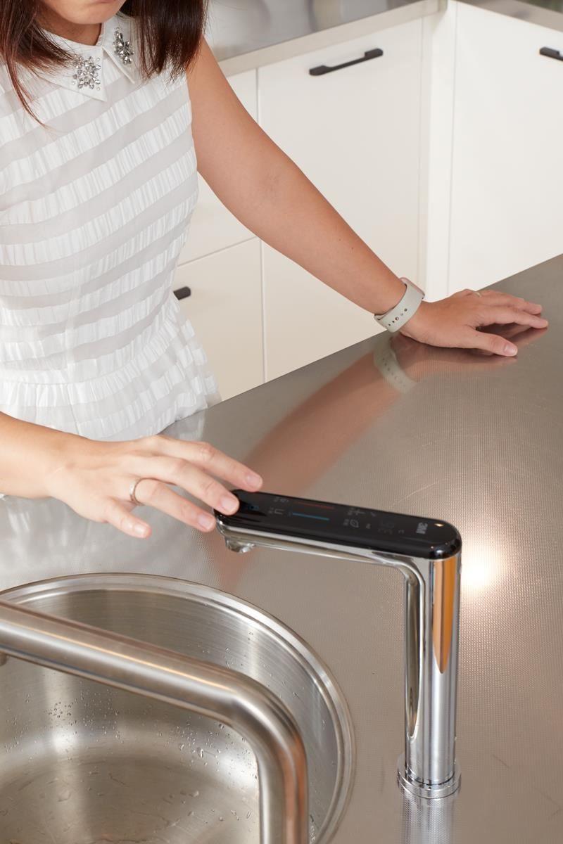 在洗鍊的觸控面板上,指尖輕輕觸碰,冷熱水即可流出飲用。