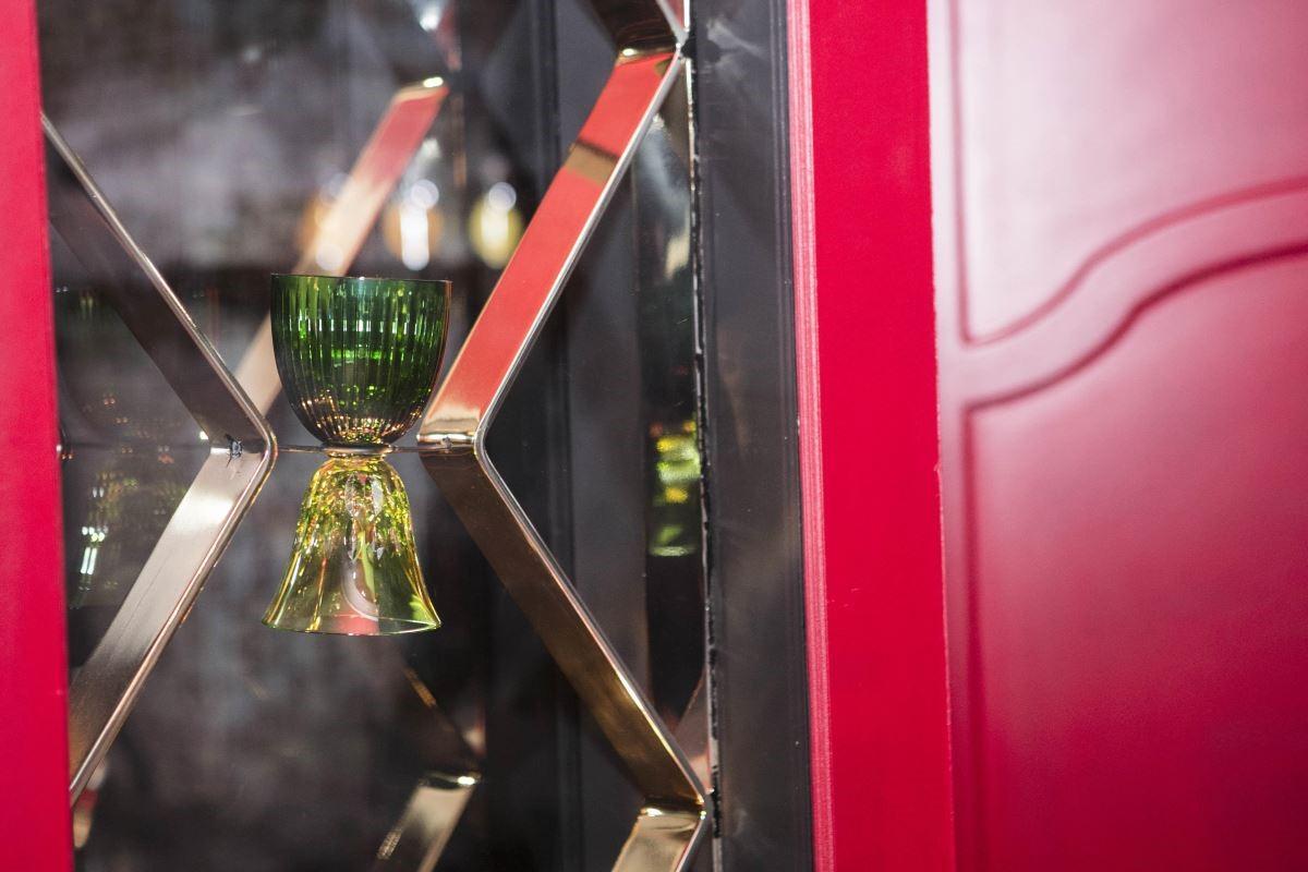 〝忘物咖啡館〞將 Saint Louis 聖路易水晶杯創意發想為門框裡的裝飾。(攝影_Mark Lee)