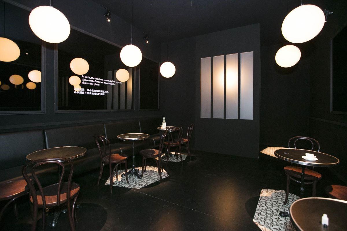 〝忘物咖啡館〞舊物安靜地沐浴在斜射的光線中,仿佛邀約著一場與物主之間的時空對話。(攝影_Mark Lee)