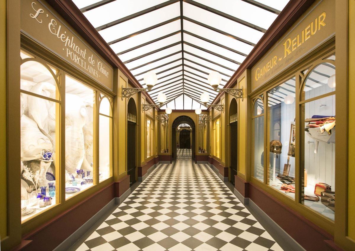 """漫步巴黎常會遇見帶頂棚的拱形""""走廊"""",兩側則是許多出售各種有趣物品的店鋪。(攝影_Mark Lee)"""