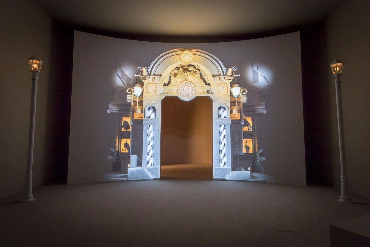 這個裝飾華麗、具有巴黎風格的動畫效果大門,是干戈‧加托尼的黑白繪畫,與 Sigmasix 新媒體設計公司傾力打造。(提供_愛馬仕)