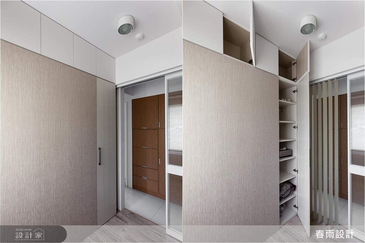 為了爭取空間,櫃體甚至運用到天花板下方位置,且給予俐落的櫃面造型,完美隱藏儲物空間。