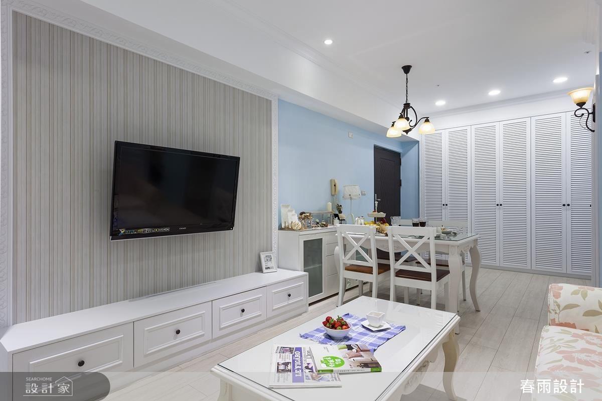 電視牆下方安排視聽收納櫃且隱藏線路,再藉著線板的修飾、美化櫃面表情。