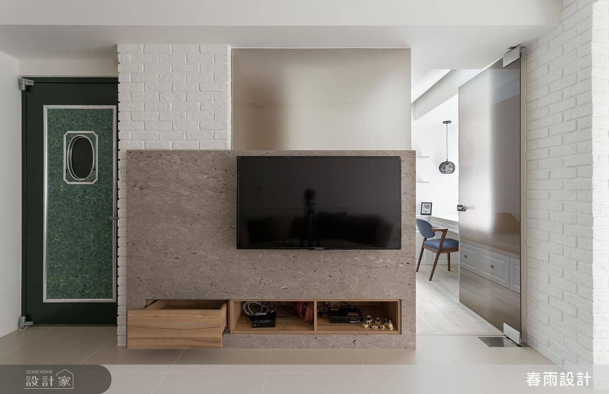 有限空間內,讓電視牆局部飾以霧面玻璃,並保有一側動線,創造視覺及採光的流動,牆面下方亦規劃抽屜與櫃體、收整雜物。