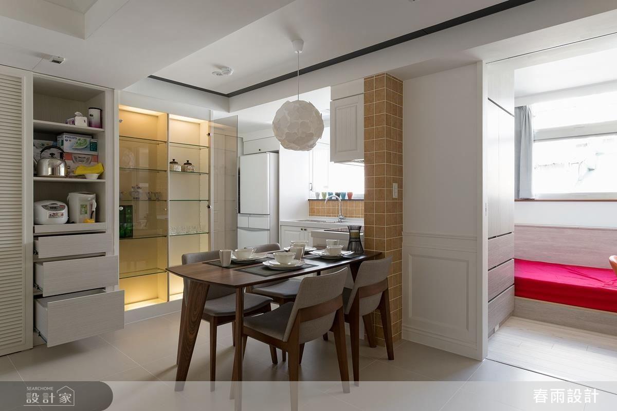 開放式的餐廚格局,周邊安置了各式的櫃體形式,滿足不同生活用品與餐具的收納。