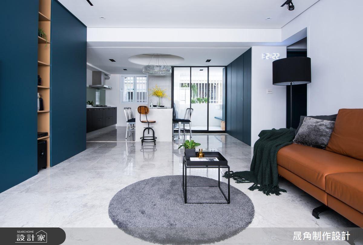 拆除和室隔間後,整個公共空間豁然開朗,以沉穩又大膽的藍色做為收納櫃面,成功虛化櫃體的壓力,反而形成視覺焦點。