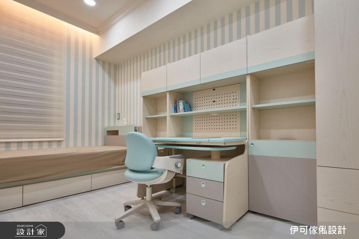 兒童房鋪設木地板並以壁紙鋪陳色調清新的舒眠風景。