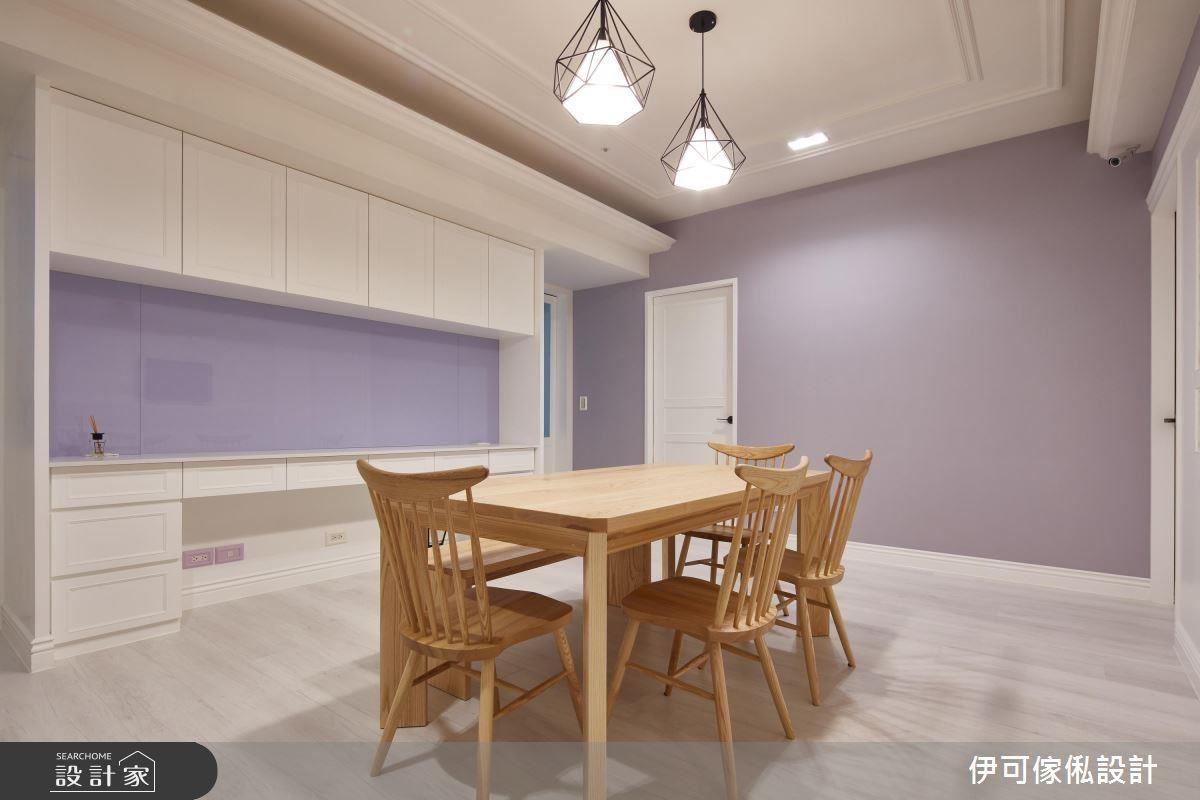 設計師特別配合牆面,將薰衣草紫的色號提出,運用在餐櫃中間的烤玻,成為富有質感的訂製端景。