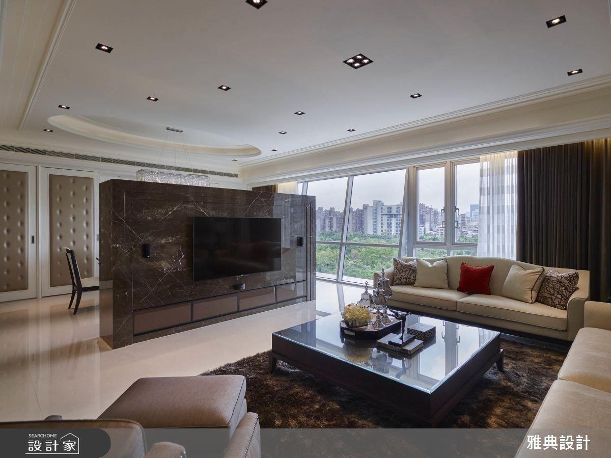 整排落地窗設計,發揮極佳採光和窗景的絕對優勢,鏤空電視牆,成為客、餐廳的領域界定,在寬敞中建立穩重的氣質。方正格局搭配大型訂製沙發,米白色的基調色彩,以及大地色系的沙發背牆,營造大器舒適的寬敞空間。