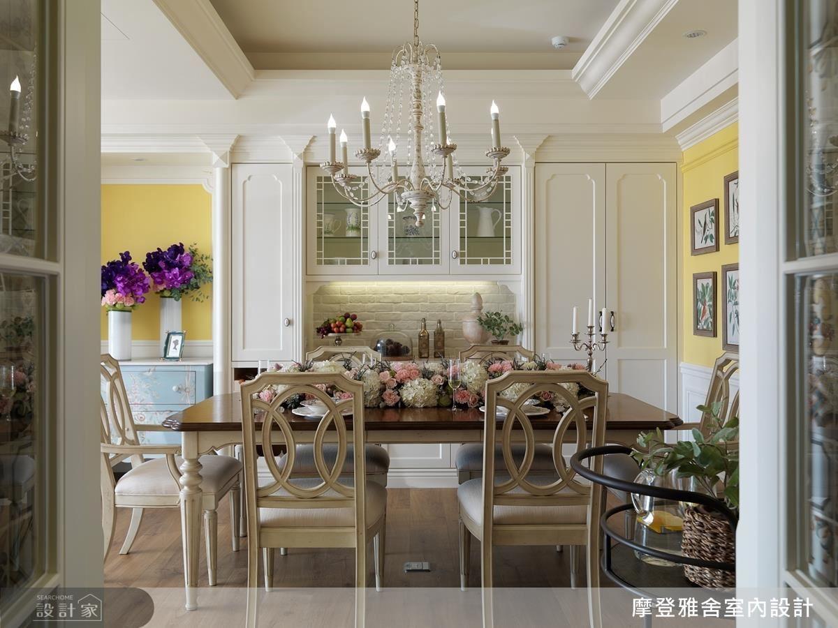 以活潑的鮮黃色彩搭配精緻的吊燈、櫃體,營造優雅迷人的用餐氛圍。