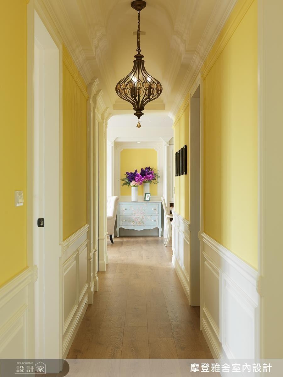 在一片黃白色系中,融入弧型天花板與精緻吊燈,為長長廊道映照出濃郁異國感。