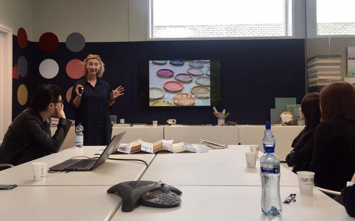 美學中心的總監 Heleen Van Gent 解說色彩的特性與影響。