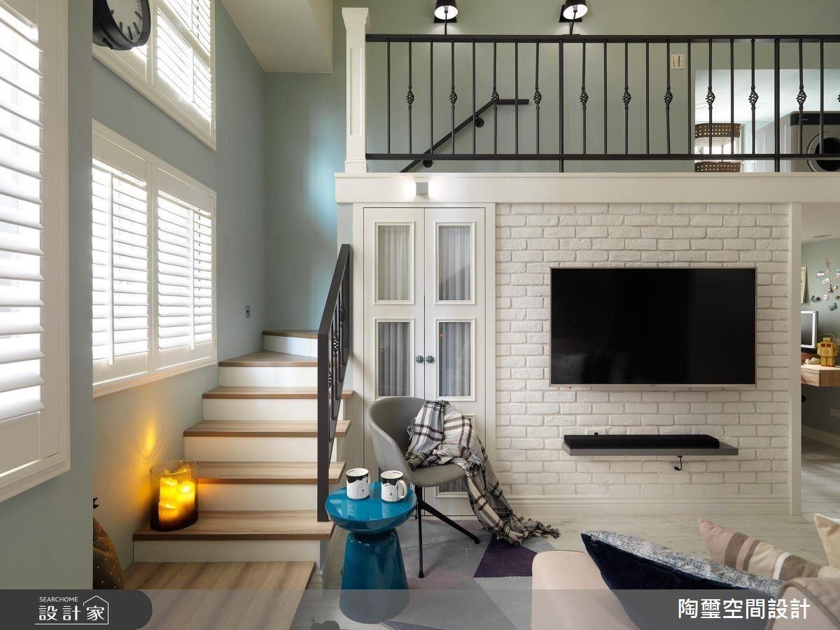 若有較多的客人來訪,窗下的樓梯空間可做為臨時座位區,平時也是屋主休閒、放鬆的角落。