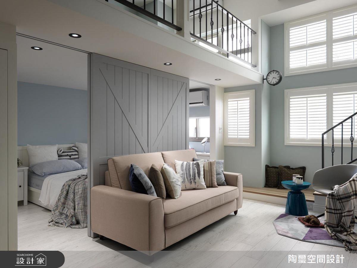 把穀倉門片向中間靠攏,為臥室創造了方便進出的雙動線。