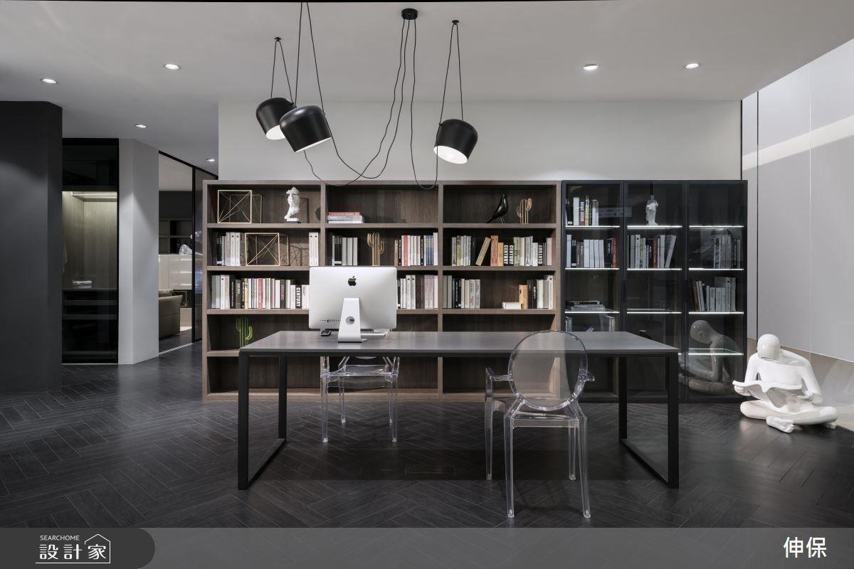 實木紋(左)與黑紋(右)的組合,平衡空間的溫度。木質櫃 40 毫米的加厚層板,耐用性十足;黑紋櫃與植入LED燈的半透明玻璃層板,增添展示的質感與搜尋的便利性。異材質的結合,凸顯伸保對於產品應用的熟稔度。