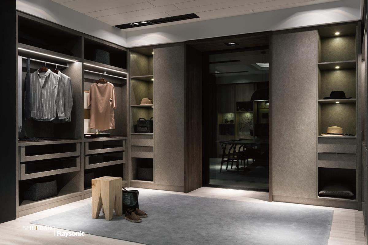 更衣室裡,以大地色系的小牛皮紋打造衣櫃風情,隨著光源的灑落,調和出優雅意境。