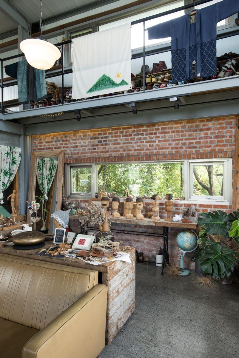 建築體的開窗位置長而低矮,經過計算,剛巧將窗外樹林的綠意引入室內。