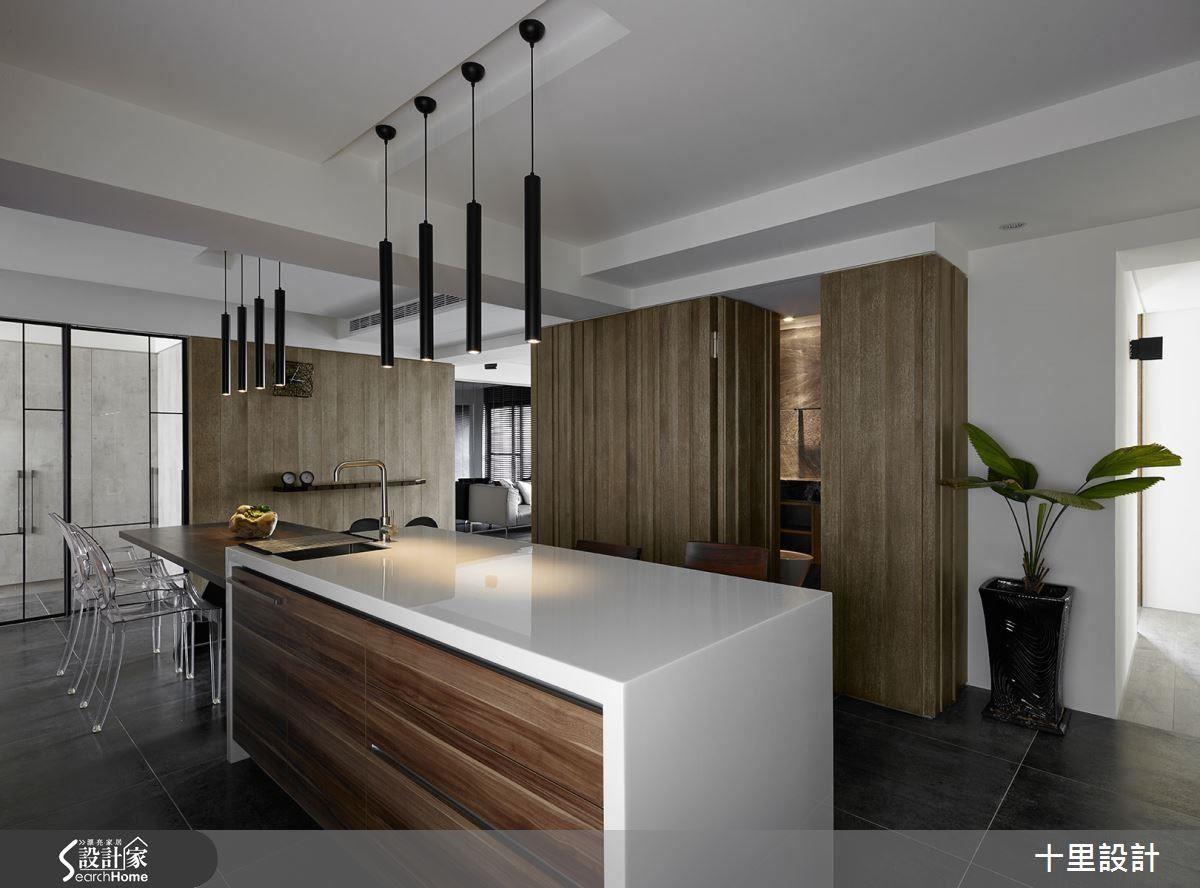 改善原先 L 型格局缺點,以開放式餐廳設計,延伸客廳中木紋質理的牆面,並透過餐桌與中島吧台的相連,擴大整體空間感。