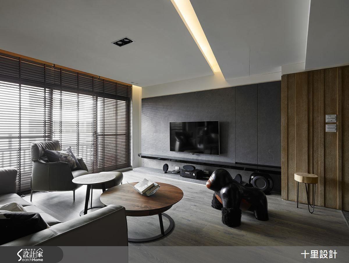 客廳中融入清爽鋼刷木皮材質牆面,搭配整面落地窗,讓空間更顯開闊明亮。