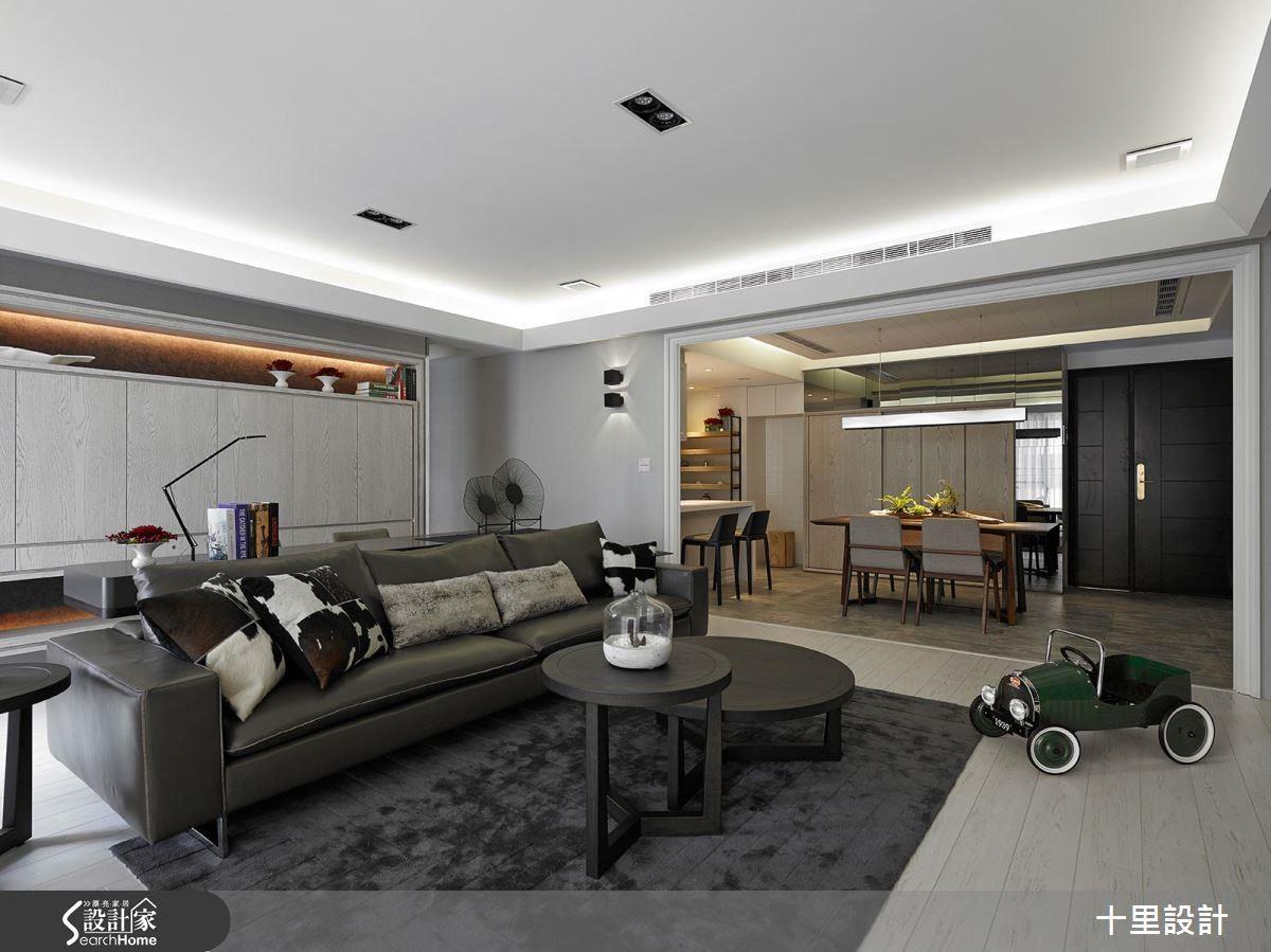 以現代風經典黑白色系作為客廳空間基底,展現屋主的成熟穩重,並在沙發後方設置開放式工作區域,為空間爭取使用效益。