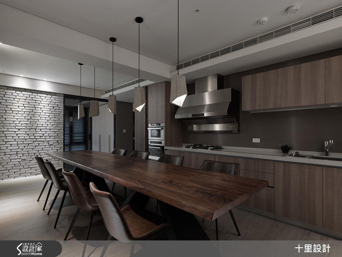 以玻璃門片引入光線,解決餐廳採光不佳的問題,並以木質感的餐桌延續客廳的風格調性。