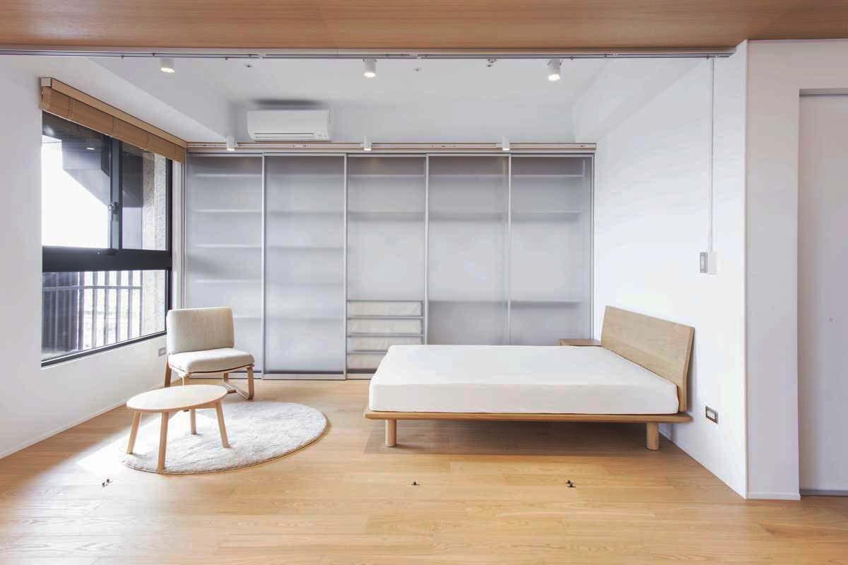 利用主臥室牆面,打造滑門式的衣櫃空間。圖片提供_MUJI無印良品