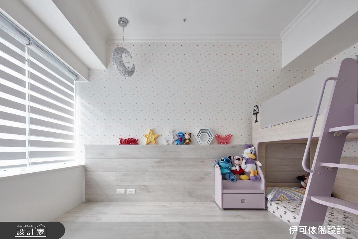 女孩房壁紙因為女兒們年紀小,未來變化的不可預測性較高,幾經溝通、修改後,採屋主喜愛且可塑性高的彩色星星圖樣襯底,拉高明度。