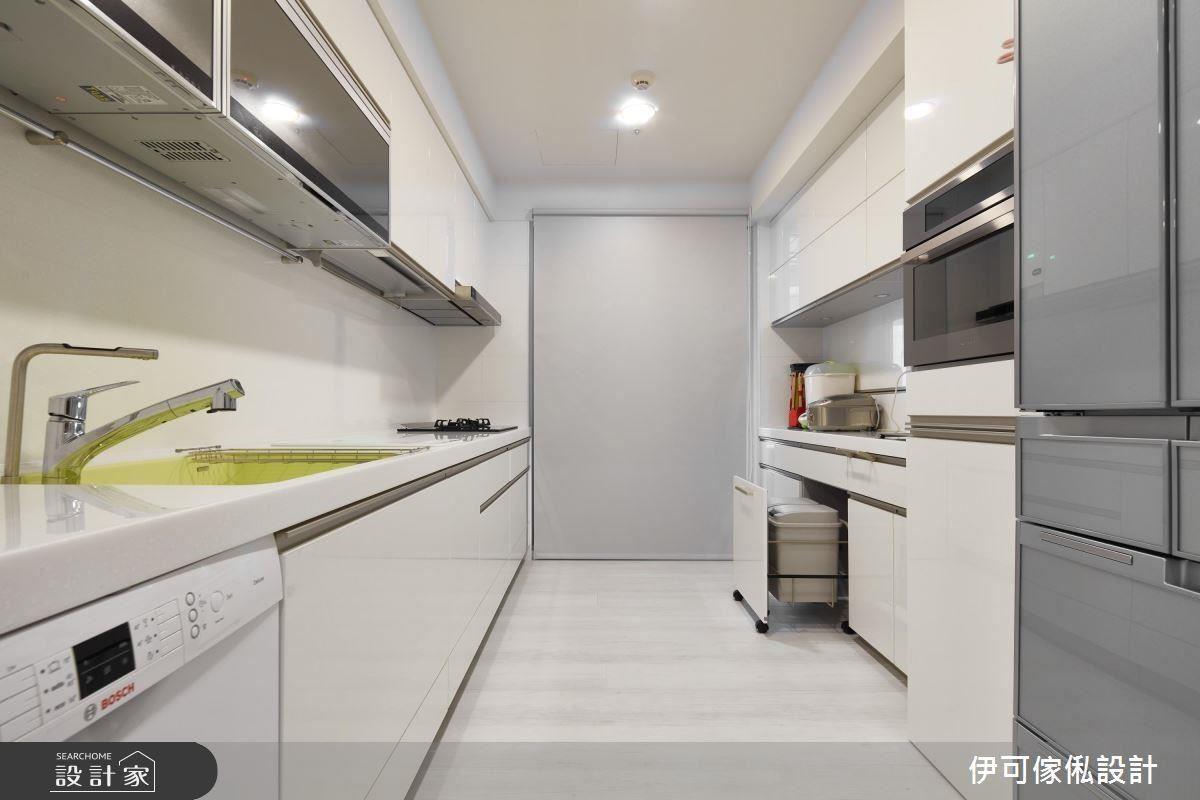 廚房防油功能性白色捲簾,依照功能性和空間搭配,符合柯以柔好整理的工作需求。