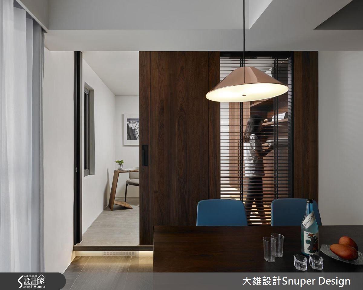 老屋經常有採光不佳的問題,透過清玻璃等通透質材,致使採光美好。