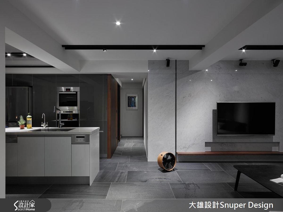 整頓空間尺度,將客、餐廚放在同一軸線與走廊共構出開闊的十字軸線,讓空間視野遼闊。