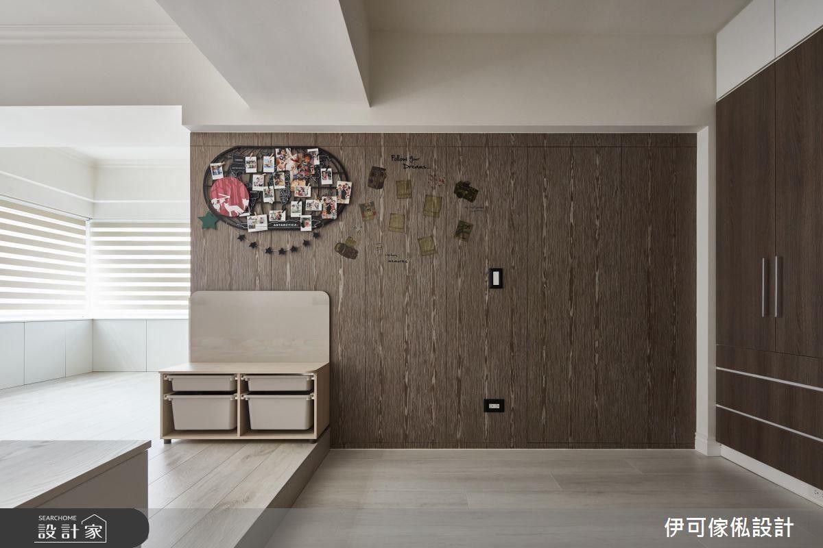 走進主臥空間,運用木皮包覆整面的收納牆,臥榻取代床架,以大通鋪的方式,確保孩子睡眠時的安全。
