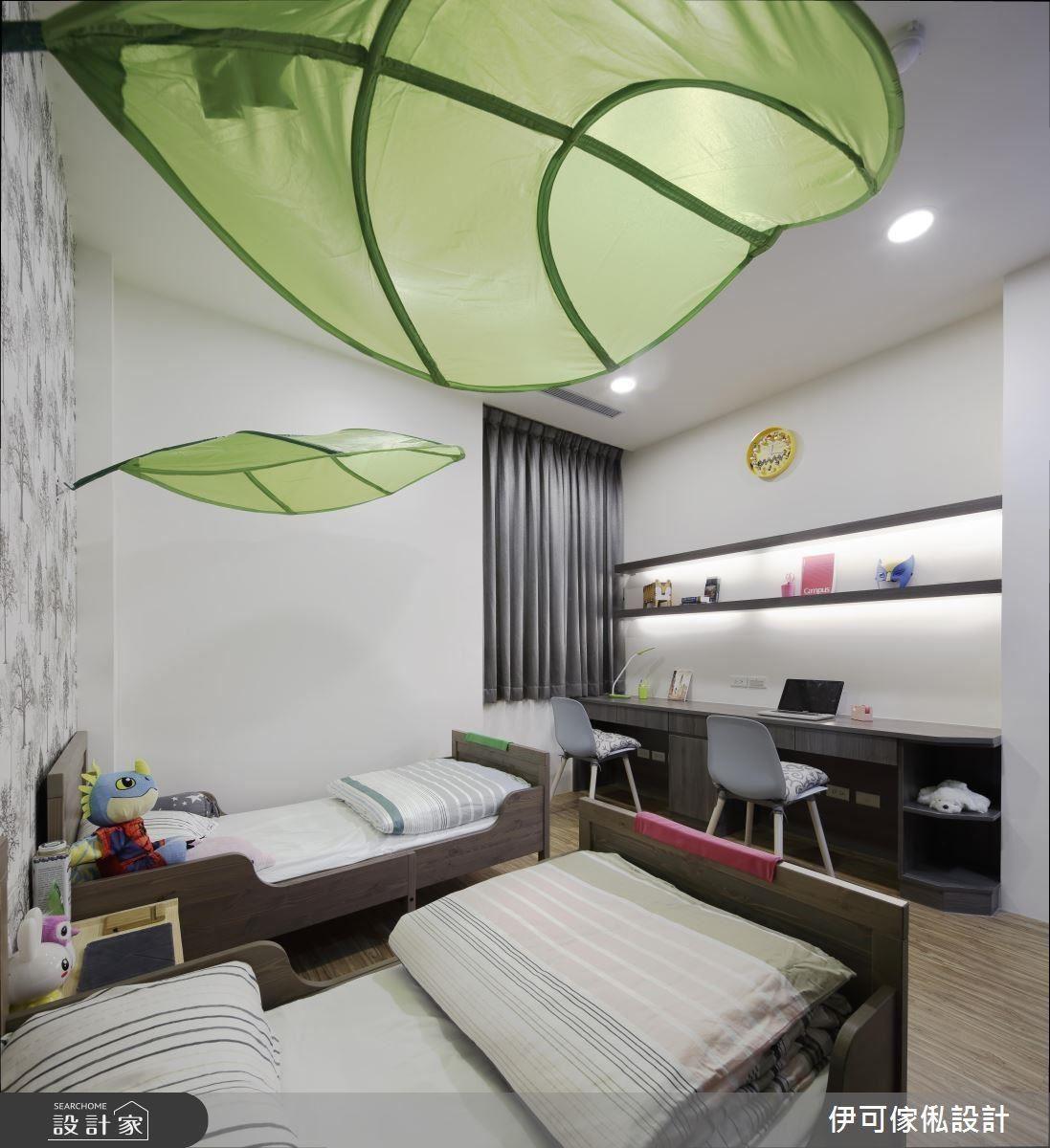 為兒童房保留足夠的動線,搭配最多可延伸至 200 公分的床架,以及收納量足夠的書桌,延續性相當足夠。