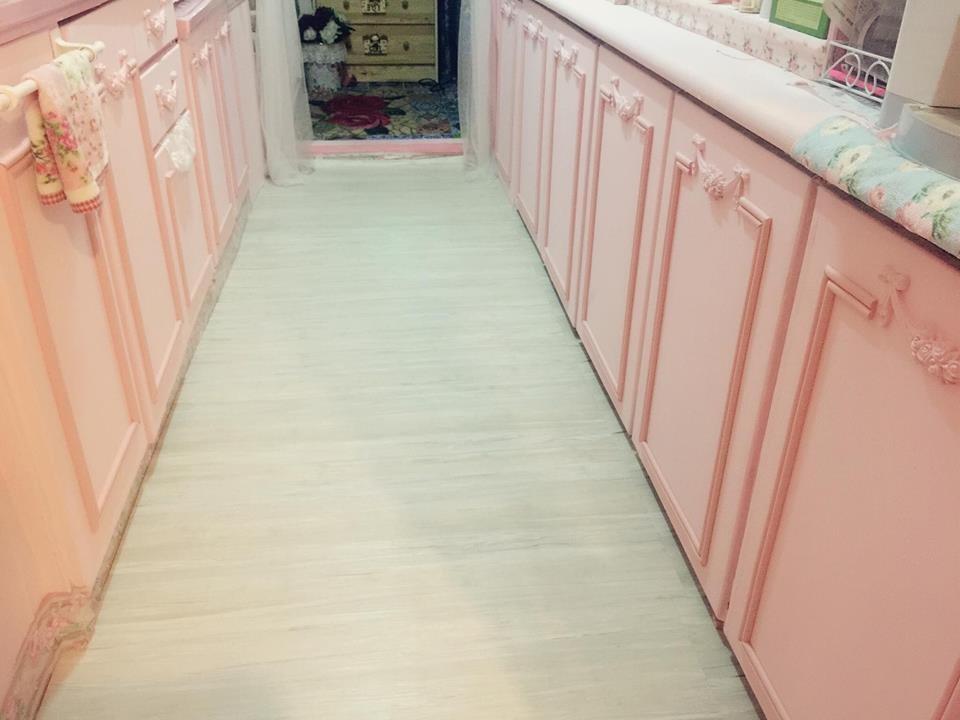 門片上為了增加立體感,以兒童防撞條剪下來充當線板,富有創意,也讓夢幻鄉村風的廚房在細節處更到位。圖片提供_ Novia Suan