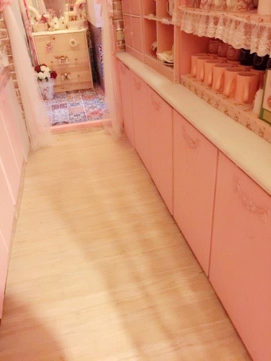 門片自行油漆成粉紅色,讓整間廚房色彩更一致。圖片提供_ Novia Suan