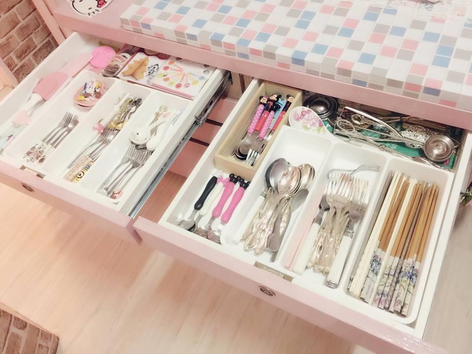 中島櫃打開還可以分門別類收納許多餐具和碗盤,美觀又實用! 圖片提供_ Novia Suan