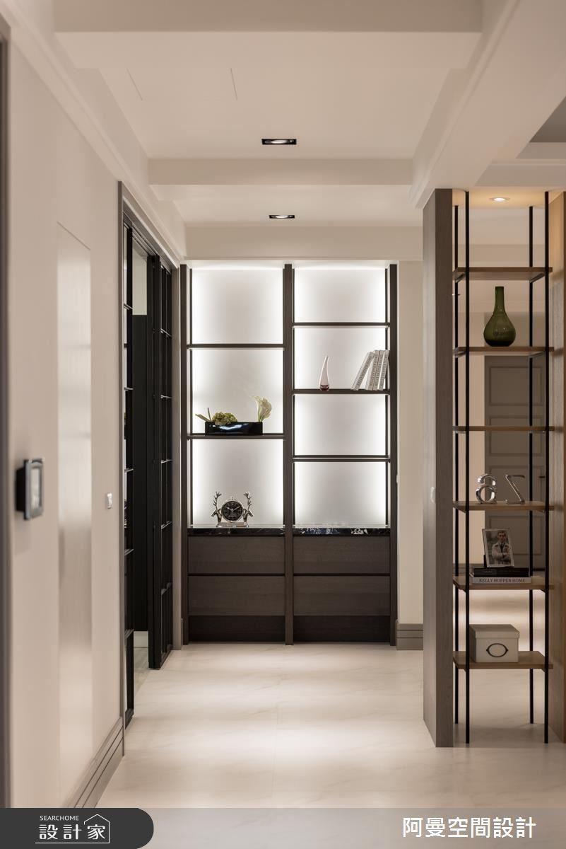 無框架的收納櫃體,不僅打開空間感,也讓居家的角落擁有絕佳端景。